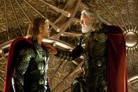 Um seinem Sohn und Thronfolger Thor (Chris Hemsworth, l.) Demut zu lehren, verbannt Odin (Anthony Hopkins, r.) ihn auf die Erde, solange bis er sich seiner Mächte würdig erweist ...