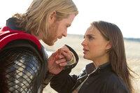 Dank Jane (Natalie Portman, r.) lernt Thor (Chris Hemsworth, l.), was es heißt Mensch zu sein und schafft es die Attribute in sich zu erkennen, die ihn zu einem König machen würden, wenn Loki nicht wäre ...