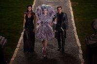 """Immer wieder versucht Effie (Elizabeth Banks, M.), ihre """"Zöglinge"""" Katniss (Jennifer Lawrence, l.) und Peeta (Josh Hutcherson, r.) auf die Staatsdoktrinen einzuschwören, doch das ist bei den beiden nicht so einfach ..."""
