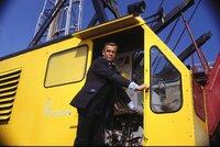 Trotz aller Aufregung sitzt der Anzug von James Bond (Sean Connery) immer perfekt.