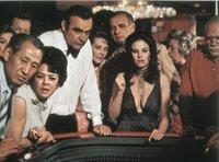 In Las Vegas spielt James Bond (Sean Connery) nicht nur am Würfeltisch, sondern auch mit dem Herzen von Plenty O'Toole (Lana Wood).