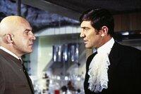 L-R: Ernst Stavro Blofeld (Telly Savalas) und James Bond (George Lazenby)