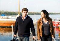 Sarah (Mariella Ahrens) weiß noch nicht, ob sie Florian (Francis Fulton-Smith) vertrauen kann.