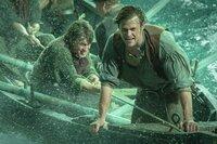Um am Leben zu bleiben, müssen Offizier Owen Chase (Chris Hemsworth, r.) und die Überlebenden des brutalen Walangriffs an ihre körperlichen und psychischen Grenzen gehen ...