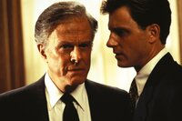 Schließlich ist sich Draby Shaw nicht mal mehr sicher, inwieweit der Präsident (Robert Culp, l.) der Vereinigten Staaten und sein Stabschef Fletcher Coal (Tony Goldwyn, r.) in den Fall verstrickt sind ...