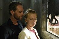 Daniels (Julian Weigend, l.) Berührungen brennen auf ihrer Haut, die Begierde überkommt sie. Nina (Isabell Gerschke, r.) kann an nichts mehr denken - schon gar nicht an ihren Ehemann ...