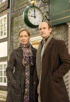 Rudolf (Johannes Herrschmann) und Karina (Katja Weitzenböck) tun so, als wären sie verheiratet.