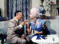 Der gestrenge Dr. Rautenstrauch (Walter Müller) ist hingerissen von der temperamentvollen Tante Margaret (Gunther Philipp).
