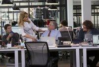Wegen seiner besonderen Art bekommt Witwer Ben (Robert De Niro, 2.v.r.) nicht nur zu seinen Kollegen Jason (Adam Devine, l.) und Davis (Zack Pearlman, r.) einen guten Draht, sondern auch zur Haus-Masseurin Fiona (Rene Russo, 2.v.l.) ...