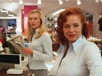 """Leonie (Johanna Christine Gehlen, links) und ihre Freundin Stefanie (Petra Berndt) halten Ausschau nach einer """"guten Partie""""."""