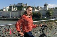 Moderatorin Tamina Kallert auf dem Tauernradweg bei Salzburg.