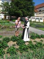 Kathrin Meyer mit einer Äbtissin in Tyrnau.