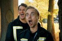 Auch als Erwachsene sind Lucas (Constantin von Jascheroff, re.) und Marius (Sebastian Schwarz, li.) noch immer mit Spaß und Begeisterung bei der Feuerwehr aktiv.
