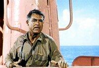 Kapitaen Sherman (Cary Grant) ist mehr als ueberrascht, als er sein U-Boot im schoensten Rosa leuchten sieht. WDR/DEGETO, honorarfrei - Verwendung nur im Zusammenhang mit genannter WDR-Sendung bei Nennung Bild: WDR/DEGETO (S2). WDR-Pressestelle/Fotoredaktion 0221 220 -2408 oder -4405 Fax -8471