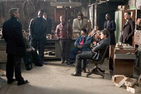 Planen ein neues Ding: Danny (George Clooney, l.), Turk (Scott Caan, 5.v.l.), Yen (Shaobo Qin, 5.v.r.), Frank (Bernie Mac, 3.v.l.), Basher (Don Cheadle, 2.v.r.), Rusty (Brad Pitt, 4.v.r.), Linus (Matt Damon, r.), Saul (Carl Reiner, M.), Livingston (Eddie Jemison, 2.v.l.), Reuben (Elliott Gould, 4.v.l.) und Virgil (Casey Affleck, 3.v.r.) ...