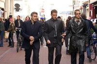 Wollen innerhalb von zwei Wochen drei schier unmögliche Diebstähle in Europa begehen: Rusty Ryan (Brad Pitt, r.), Danny Ocean (George Clooney, l.) und Linus Caldwell (Matt Damon, M.) ...