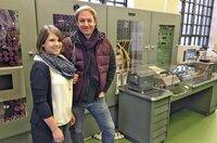 """Tobias Kämmerer mit Andrea Kirchner vor einem Zuse-Rechner im Mitmachmuseum """"Wortreich""""."""