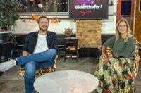 "Moderator Bastian Bielendorfer mit Yvonne Willicks (""Haushalts-Check"")."