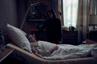 Alex (Aylin Tezel) sucht Trost bei ihrem Vater Richard (André Jung).