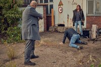 Alex' (Aylin Tezel, r.) und Nowak (Özgür Karadeniz, l.) haben einen Verdächtigen, Mihail Gabor (Alexandru Cirneala, M.) gestellt.