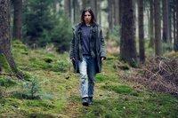 Im Wald eskaliert die Situation und Alex (Aylin Tezel) flieht. Sie ist nun völlig auf sich allein gestellt.