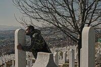 """Aljosa Basic hat in der Nachkriegszeit seinen besten Freund Amar verloren, der im Krieg erschossen wurde. Er besucht sein Grab, um """"mit ihm zu rauchen""""."""