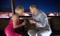 Um an Banks Diamanten zu kommen, will Caldwell (Matt Damon, r.) Banks Assistentin Sponder (Ellen Barkin, l.) verführen. Mit Hilfe von Pheromonen macht er sich für die Frau unwiderstehlich, die als einzige neben dem Casinobesitzer Zutritt zum Diamantenraum hat ...