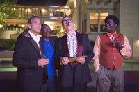 Ende gut, alles gut: Danny Oceans (George Clooney, l.) 12 (Don Cheadle, 2.v.l. und Bernie Mac, r.) - natürlich ohne die Nummer 13,Terry Benedict - überreichen Reuben (Elliott Gould, 2.v.r.) einen Kaufvertrag für ein Grundstück in Las Vegas. Denn die 12 haben einen neuen Plan. Sie wollen gemeinsam ein Casino aufbauen ...