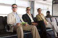 Danny Ocean (George Clooney, M.) und seine Jungs (Matt Damon, l. und Brad Pitt, r.) können sich nur einen einzigen guten Grund vorstellen, den ehrgeizigsten und riskantesten Casino-Coup aller Zeiten in Angriff zu nehmen: Sie müssen einem der Ihren beistehen, der ganz übel über den Tisch gezogen wurde ...