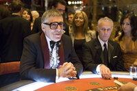 Reuben Tishkoff (Elliot Gould, r.) ist töricht genug, mit Las Vegas berüchtigtsten Geschäftsmann Willy Banks ein neues Casino zu bauen. Doch dabei wird er derart übers Ohr gehauen, dass er mit einem Herzinfarkt im Krankenbett landet. Das ruft seinen Kumpel Danny Ocean und seine Gang auf den Plan ...