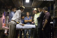 Ocean's 12 (v.l.n.r.: Brad Pitt, Matt Damon, Shaobo Qin, Scott Caan, Don Cheadle, Carl Reiner, George Clooney, Eddie Jemison) sind bereit, ihren Freund Reuben Tishkoff zu rächen ...