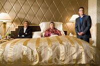 Reuben Tishkoff (Elliot Gould, M.), einer von Danny Oceans (George Clooney, l.) ursprünglichen Elf, wird von Kasinobesitzer Banks übel über den Tisch gezogen. Das nimmt den alten Haudegen so sehr mit, dass er sogar einen Herzinfarkt erleidet. Ocean schwört Rache ...