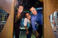Ocean (George Clooney, M.), Ryan (Brad Pitt, l.) und Caldwell (Matt Damon,r.) wollen Casinobesitzer Bank seine fiese Tour heimzahlen - genau an dem Abend, an dem er seinen größten Triumph feiern möchte: die Eröffnung seines neuen Casinos ...