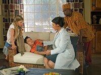 Der Koch Kim (Fezile Mpela, re.) hat Katrin (Christine Neubauer) gerufen, weil Lindiwes (Ronja Forcher, li.) Bruder Neo (Pascal Andres) heftige Bauchschmerzen hat.