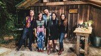 Gastgeberin Charlotte Roche (2.v.l.) lädt Robert Stadlober, Tim Wiese, Annalena Baerbock und Christine Neubauer in eine Hütte im Wald bei Hamburg.