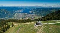 Die Wallberg-Kapelle. Seit Ende der fünfziger Jahre  betreibt der Bayerische Rundfunk am Sender Wallberg auf dem 1.722 Meter hohen Wallberg im Mangfallgebirge eine Sendeanlage für diese Region.