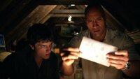 Nachdem Sean (Josh Hutcherson, l.) per Funk ein Signal von mysteriösen Koordinaten erhalten hat, ist er sich sicher, dass sie von seinem Großvater stammen, der die geheimnisvolle Insel gefunden haben muss. Wird sein Stiefvater Hank (Dwayne Johnson, r.) ihn auf der Mission begleiten?