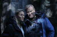 Wisting (Sven Nordin) und Line (Thea Green Lundberg) jagen einen Entführer.