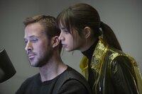Ryan Gosling (K), Ana de Armas (Joi).