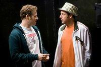 Dem weltbekannten Comedystar George Simmons (Adam Sandler, r.) die Gags schreiben und vergleichsweise Peanuts dafür bekommen? Ira (Seth Rogen, l.) weiß nicht, was er davon halten soll ...
