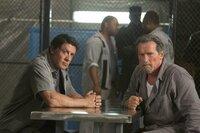 Ausbruchsspezialist Ray Breslin (Sylvester Stallone, l.) benötigt Hilfe, um aus dem Hochsicherheitsgefängnis zu entkommen. Zu diesem Zweck freundet er sich mit dem Insassen Rottmayer (Arnold Schwarzenegger) an.