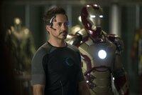 Tony Stark (Robert Downey Jr.) entwickelt nahezu eine Besessenheit für seine Anzüge, weil sie der einzige Ort sind, an dem er sich sicher fühlt.