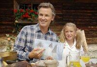 Karl (Timothy Peach) bekommt durch das gemalte Bild seiner Tochter Isi (Pauline Brede) eine geniale Idee.