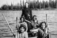 Die Kinder der Ureinwohner wurden schon mit vier oder fünf Jahren aus ihren Familien gerissen und in die Obhut von Missionaren gegeben. Eltern, die sich weigerten, ihre Kinder dorthin zu schicken, verloren die ohnehin mageren staatlichen Beihilfen.