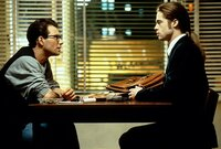 Louis (Brad Pitt, r.) erzählt dem Reporter Daniel Malloy (Christian Slater, l.) von Lestat, dem Vampir, der ihn zu dem machte, was er heute ist: ein mordender Vampir ...