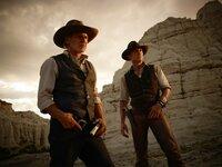 Als Aliens eine Invasion planen, müssen sich der einsame Cowboy und Gangsterboss Jake Lonergan (Daniel Craig, r.) und der herrische Viehbaron Dolarhyde (Harrison Ford, l.) zusammenschließen, um die Menschheit zu retten ...