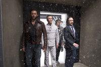 Ein in die Vergangenheit versetzter Logan (Hugh Jackman, l.) muss zusammen mit dem noch jungen Professor X (James McAvoy, r.), Magneto (Michael Fassbender, 2.v.l.) und dem neuen Rekruten Pietro Maximoff alias Quicksilver (Evan Peters, 2.v.r.) die Schöpfung der Sentinels, einer auf Mutanten angesetzten Roboterart, aufhalten und die Mutanten so vor der sicheren Ausrottung bewahren ...