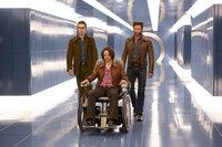 Logan (Hugh Jackman, r.) wird in die Vergangenheit geschickt, um zusammen mit dem jungen Charles Xavier (James McAvoy, M.) und Hank McCoy (Nicholas Hoult, l.) die Schöpfung der Sentinels, Robotern auf der Jagd nach Mutanten, zu verhindern ...