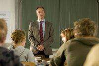 Als ehemaliger Berufssoldat und alleinerziehender Vater von drei Töchtern wagt Harald Westphal (Hannes Jaenicke, M.) einen beruflichen Neustart als Lehrer, der sich jedoch als ziemlich schwierig entpuppt ...