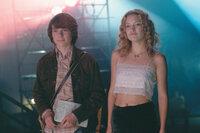 Als William (Patrick Fugit, l.) die Newcomerband Stillwater auf ihrer Amerikatour begleiten darf, lernt der begeisterte Musikfan die bezaubernde Penny Lane (Kate Hudson, r.) kennen ...